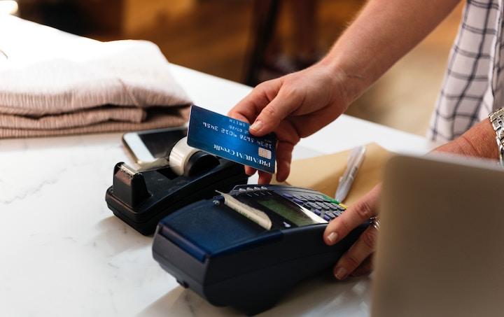 デビットカードの利用は楽だけど有効期限があるしICチップが破損!?